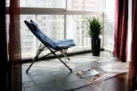 在色调典雅的休闲阳台沐浴阳光的正是都市人所向往的感觉
